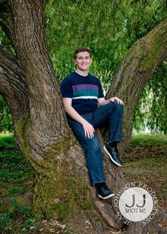 Casual T Shirt & Jeans in Woodsy Location for Senior Pictures | Class of 2021 Ideas and Inspiration | Jean Johnson Productions - www.jjshotme.com