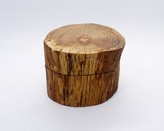 It's a wooden log, a little hunk of nature on your hands. In the hurt of that wooden log, they are hiding the wooden cufflinks of your selection. Wood Gift Box, Wood Gifts, Gifts For Father, Gifts For Him, Wood Boxes, Wood Grain, Groomsmen, Natural Wood, Different Colors