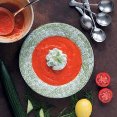 Tomato soup with avocado. This tomato soup with avocado is thick and rich, perfect as a main. Mayonnaise, Lunch Recipes, Soup Recipes, Easy Recipes, Round Cookie Cutters, Good Food, Yummy Food, Ripe Avocado, Tomato Soup