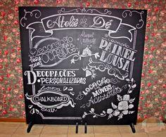 """PAINEL LOUSA """"Chalkboard"""" O painel de lousa pode ser usado em varias ocasiões como: Casamento, noivado, chá de cozinha, aniversario etc... <br>Temos disponível também profissional para escrever e desenhar no nosso painel de lousa. (consulte valor da arte) <br>Valor não inclui a arte. <br> <br>Valor do anúncio referente a painel de 2,10 m de altura por 2,00 de largura.segue outras medidas disponíveis abaixo... <br> <br>Chalk Board Lousa Painel <br> <br>2,10m de altura x 2,00 de largura R$…"""
