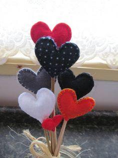 MODELO EXCLUSIVO ARTE E OFÍCIO ATELIÊ  Buquê e/ou arranjo de corações, confeccionados em feltro, haste de bambu, laço de sisal. O preço é equivalente à 6 corações+1 mini coração (não acompanha o vidro). R$ 21,00