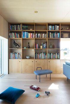 Månedens hjem er et spesielt og interessant trehus Home Interior Design, House Interior, Home Living Room, Home, Interior, Living Room Diy, Gothic Home Decor, Bookcase Design, Home Decor