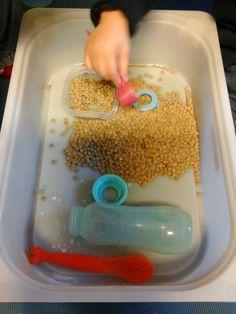 Alter: ab 1,5 Jahren  Besonders gefördert: Fühlsinn      Fühl- oder Aktionswannen sind Kisten, Töpfe oder Wannen, in denen den Kindern Mater...