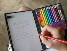 La boîte de DVD pour dessiner Une boîte de DVD vide, un elastique pour retenir les crayons de couleur et des feuilles de papier decoupees à la bonne dimension : une boîte à dessin nomade super pratique à moindre cout !