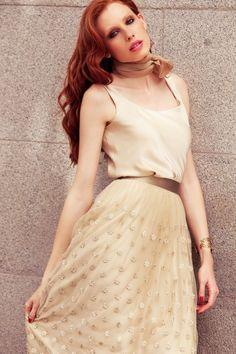 conjunto elegante con falda de tul bordado y top