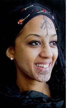 Kel Tamasheq woman with traditional facial tattoos - Berber people, nomadic inhabitants of the Saharan interior of North Africa. Facial Tattoos, Body Art Tattoos, Tribal Tattoos, I Tattoo, Tatoos, Cara Tribal, Tribal Face, Facial Painting, Body Painting