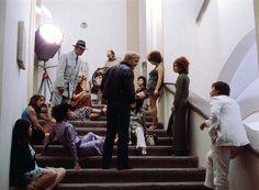 """Tableaux Vivants: bei den Dreharbeiten zu """"Warnung vor einer heiligen Nutte"""", 1970. Fassbinder (rechts) spielt den Aufnahmeleiter, Lou Castel (Mitte) spielt Fassbinder."""
