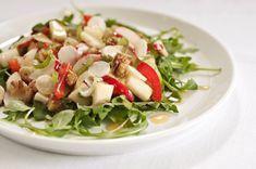 Spenstig salat med jordskokk, eple, paprika, vårløk og reddik servert på en seng av ruccula. Server den som forrett til dine gjester eller som en egen rett med godt brød til.