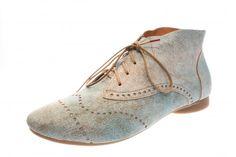 Auch bei dieser Think Stiefelette ist jedes Paar ein Unikat, da die Braunanteile des speziellen Leders variieren. Außerdem ist sie mit Lyralochung dekoriert. Das Futter innen...