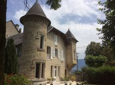 Domaine du Valromey Champagne-en-Valromey Featuring free WiFi, an outdoor pool and a barbecue, Domaine du Valromey offers pet-friendly accommodation in Champagne-en-Valromey. Free private parking is available on site.  Certain units feature views of the mountain or garden.