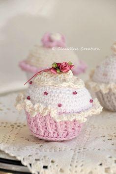 AMIGURUMI - CUPCAKE - explications gratuites - Little Inspiring Soul : crochet amigurumi (version imprimable) Crochet Wool, Crochet Amigurumi, Crochet Gifts, Cute Crochet, Cupcake Crochet, Crochet Mignon, Confection Au Crochet, Crochet Christmas Ornaments, Crochet Decoration