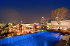 piscina en la azotea con vistas a la ciudad de johannesburgo