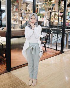 Gambar mungkin berisi: 1 orang, berdiri dan dalam ruangan Modern Hijab Fashion, Street Hijab Fashion, Hijab Fashion Inspiration, Muslim Fashion, Fashion Wear, Fashion Outfits, Casual Hijab Outfit, Hijab Chic, Ootd Hijab
