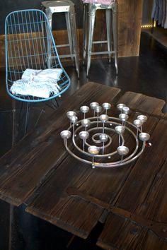 Couchtisch gefertigt aus alter Stall-Türe und Beinen aus gewinkeltem Flacheisen und einem alten Eisenrad. Design by Sachensucherei Metal Furniture, Wood And Metal, Alter, Industrial Style, Tea Lights, Candles, Home, Design, Homes