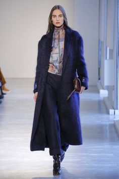 The complete Agnona Fall 2018 Ready-to-Wear fashion show now on Vogue Runway. Women's Runway Fashion, Fashion Outfits, Women's Fashion, Autumn Fashion 2018, Vogue Russia, Fashion Show Collection, Fall Looks, Winter Wear, Casual Chic
