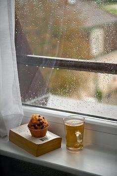Book And Coffee, Tea And Books, Coffee Time, Tea Time, Sound Of Rain, Singing In The Rain, Rainy Night, Rainy Days, Rainy Sunday