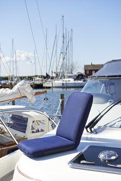 Praktisk och bekväm dyna med ryggstöd inställbart i sex olika lägen. Av kraftigt marinblått tyg som är vattenavvisande och UV-beständigt. Dynan har halkskydd på undersidan och ett bärhandtag på sidan. #biltema #dyna #båtliv