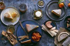 日本でもすでに飛鳥時代には、チーズの原型のような物が作られていました。その後、しばらく製造が途絶えていましたが、徳川家8代将軍・吉宗の時代に再び作り始め、9代将軍・家斉の時代にはオランダからチーズを輸入するようになったと言われています。
