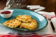 Latkes zijn een Joodse specialiteit die je eet tijdens Chanoeka, Joodse lichtfeest. Deze aardappel pannenkoeken doen een beetje denken aan rösti rondjes.