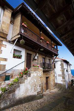 Llastres, una historia de pescadores, calle Real; casas de estilo marinero