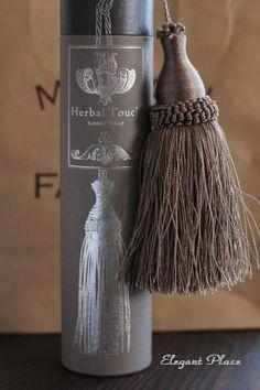 メゾンドファミーユの香り付きタッセル.  タッセルの中に匂い袋が付いていて  香りが長持ちするような仕組みになっています。