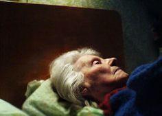 Bijna 70.000 ouderen moeten voor 2015 beslissen of zijn naar een verpleeghuis gaan. Zij kampen met lichtere beperkingen en hebben op grond van oude regels een toegangsbewijs voor een verpleeghuis gekregen.