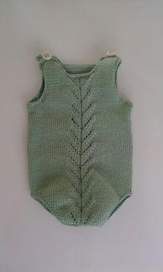 Body strikket i lys grønn. Med knepping på skuldre og i skrittet. Nydelig farge og deilig mykt garn. Dale Lerke, ...
