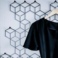 wieszak marki Polyhedra , ręcznie wykonany w manufakturze. Stalowy wieszak w nowoczesnej odsłonie będzie pasował do nowoczesnych wnętrz.