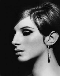 Barbra Streisand, actriz, cantante, compositora y productora de cine estadounidense.