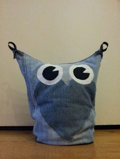 Gemaakt van oude spijkerbroek Jean Crafts, Denim Crafts, Handmade Cushions, Denim Ideas, Owl Crafts, Recycle Jeans, Diy Sewing Projects, Denim Bag, Sewing Toys