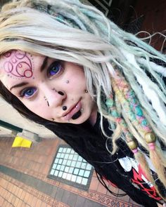 Are these tattooed eyeballs for real? Unique Body Piercings, Face Piercings, Piercings For Girls, Lip Piercing, Piercing Tattoo, Scarification Tattoo, Pop Art, Pretty Punk, Corset
