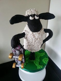 Shaun the Sheep with Skateboard - Cake by Sandy