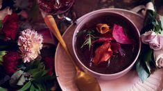 Syksyn maistuvin keitto on venäläinen klassikko, Borsch. Se tehdään punajuuresta ja koristellaan trendikkäästi juureslastuilla. Pavlova, Chocolate Fondue, Soup Recipes, Beef, Desserts, Soups, Food, Meat, Tailgate Desserts