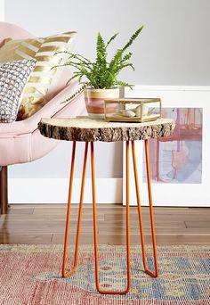Mesa de canto com tampo em tora rústica de madeira.