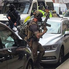Special Air Service soldier (counter terrorism unit) UK - Equipped with cell network jammer  M4 carbon Glock. Taken during the Manchester Terrorist Attacks. 25th May 2017 [736 x 730] Special Forces Gear, Military Special Forces, Military Police, Military Gear, Military Weapons, Military Photos, Military Dogs, British Army, Special Air Service