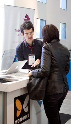 Pedro Keppler, Assistente de Marketing da EPYX, apresenta catálogo de soluções da empresa à visitante do Fórum Aner 2013. Foto: Patricia Bruni.