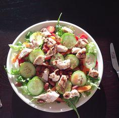 Salade met gegrilde kip, tomaat, wortel, komkommer, amandelen en honingmosterdvinaigrette!