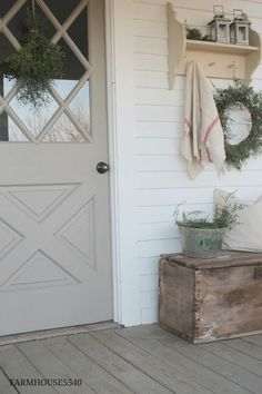 ideas for farmhouse christmas porch country living Decoration Christmas, Christmas Porch, Christmas Entryway, Outdoor Christmas, Christmas Time, Farmhouse Front Porches, Country Porches, Front Door Colors, Front Doors