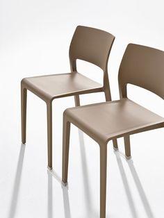 A cadeira Juno, design James Irvine, passa a ser fabricada com um novo plástico mais resistente e ganha conectores que facilitam o empilhamento e a organização