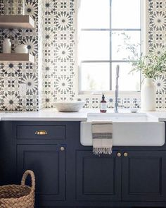 Best Beautiful Blue and White Kitchens to Love! Stunning blue and white graphic tiles on sink wall of a kitchen with navy blue cabinets and farm sink.Stunning blue and white graphic tiles on sink wall of a kitchen with navy blue cabinets and farm sink. New Kitchen, Kitchen Decor, Kitchen White, Blue Kitchen Ideas, White Farm Sink, Condo Kitchen, Kitchen Trends, Apartment Kitchen, Vintage Kitchen
