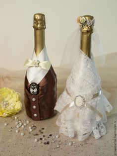 We have collected some awesome wedding bottle decor ideas. It will make your wedding table decorations perfect. Check out these wedding bottle DIY ideas on a budget to get some help. Diy Bottle, Wine Bottle Crafts, Bottle Art, Wedding Bottles, Wedding Glasses, Bottle Candles, Bottles And Jars, Wedding Table Decorations, Bridal Shower Decorations
