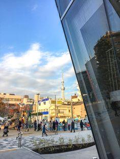 JR両国駅から歩いて約10分。お蕎麦屋さんや甘味どころ、相撲部屋などが点在し、江戸情緒がほんのり残る界隈をぬけると、ひと際目立つ、スタイリッシュな建物があらわれます。11月22日にオープンしたばかりの「すみだ北斎美術館」。  ゴッホやモネの絵、ドビュッシーの音楽にも影響を与えた、世界的に有名な浮世絵師・葛飾北斎。90年の生涯の大半を東京・墨田区で過ごした北斎の、生誕地ゆかりの土地にできたこちらの新しい美術館では、北斎の美しい絵に触れながら、江戸の下町の粋な暮らしに想いを馳せ、北斎を身近に感じることができますよ。