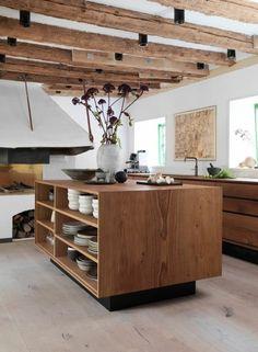 cuisine équipée avec ilot central, ilot de cuisine en bois, poutres apparentes