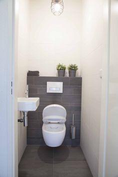 Het toilet is voorzien van een Sphinx Rimfree toilet zonder spoelrand dat zorg Understairs Ideas dat een Het Rimfree Sphinx spoelrand Toilet van voorzien zonder zorg Small Downstairs Toilet, Small Toilet Room, Downstairs Bathroom, Small Toilet Design, Bathroom Design Small, Bathroom Interior Design, Toilet Closet, Toilet Tiles, Wc Design