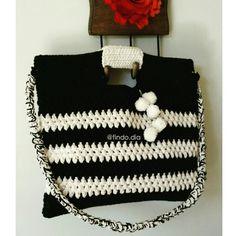 Curte bolsas grandes??? Então esse modelo é para você!!! E ainda tem pompons  Link da loja no perfil . #findodia#bolsa#bag#acessoriosdivos#lookdodia#dicadodia#ootd#look#dodia#pretoebranco#blackandwhite#modasustentavel#handmade#feitoamao#madeinbrazil#omg#love#likes#moda#fashion#estilo#acessoriosfemininos#acessoriosdemoda