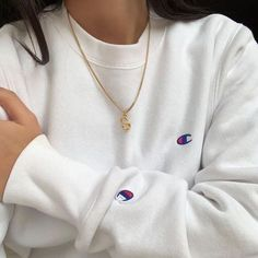 white champion sweatshirt with gold chain Mode Outfits, Trendy Outfits, Fashion Outfits, Womens Fashion, Grunge Outfits, 90s Fashion, Style Pastel, Champion Clothing, Grunge Look