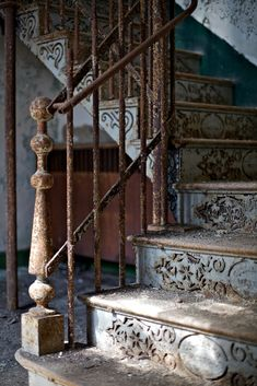 Beautiful staircase in an abandoned house. Old Buildings, Abandoned Buildings, Abandoned Places, Stairway To Heaven, Grand Stairway, Abandoned Mansions, Stairways, Architecture Details, Stairs Architecture