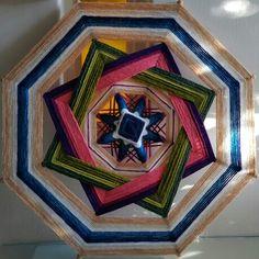 Estrella de la Noche es el nombre de este bello mandala. Beauty yarn mandala named Estrella de la Noche