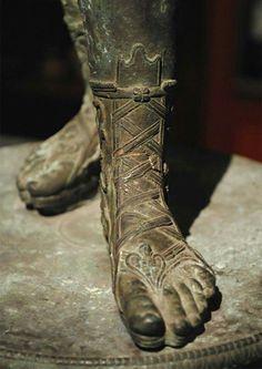 Zerafet Roman Armor, Arm Armor, Ancient Rome, Ancient Greece, Stone Sculpture, Sculpture Art, Roman Clothes, Ancient Greek Sculpture, Sculpture Lessons