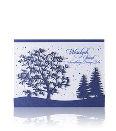Granatowy perłowy papier, niebieski druk, laserowe wycięcie. Kartka świąteczna ujmuje swoją elegancją, przez wycięte laserowo motywy zaśnieżonego zimowego krajobrazu, do którego jest włożona biała perłowa wkładka.Wnętrze pięknie dopełniają niebieskie padające śnieżynki oraz niebieski napis, który można zamienić na nadruk loga.